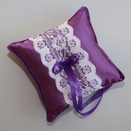 Tmavo levandulový vankúšik s bielou čipkou a fialovou mašličkou