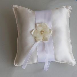 Smotanový vankúšik s bielou stuhou a maslovým kvetom zo stúh.