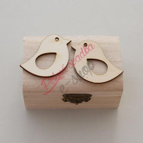 Drevená krabička na obrúčky s doplnkami.