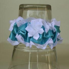 Biely podväzok s modrou stuhou a látkovým kvetom