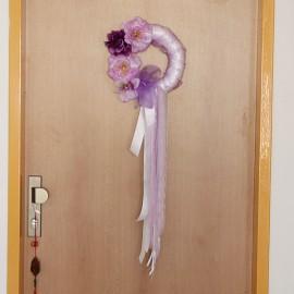 Veniec na dvere - rôzne farby kvetov a stúh