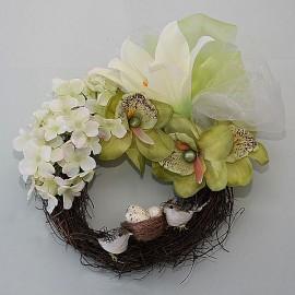 Kvetový prútený venček s kvetmi a vtáčikmy a hniezdom