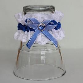 Biely čipkovaný podväzok s kráľovsky modrou mašlou