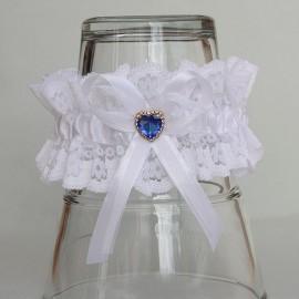 Biely čipkovaný podväzok s modrým srdiečkom