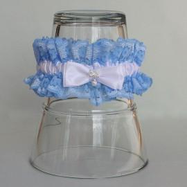 Modrý čipkovaný podväzok s bielou mašľou a brošničkou