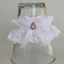 Biely čipkovaný podväzok s ružovou brošňou