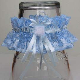 Modrý čipkovaný podväzok s bielou organzovou ružičkou