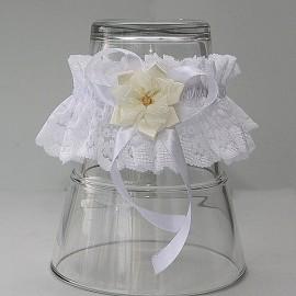 Biely čipkovaný podväzok s maslovým látkovým kvetom