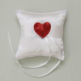Biely saténový vankúšik s červeným flitrovým srdcom
